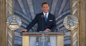 De heer David Miscavige, voorzitter van de raad van het Religious Technology Center en kerkelijk leider van de Scientology religie, wijdde de nieuwe Scientology kerk in van Los Angeles op 24 april 2010, tezamen met maatschappelijke leiders, overheidsfunctionarissen en 6,000 scientologen en hun gasten die aanwezig waren.