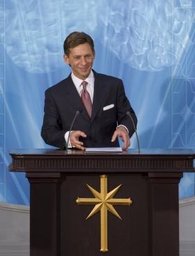 De heer David Miscavige, kerkelijk leider van de Scientology religie, opende de Nationale Scientology Kerk van Spanje en verwelkomde de duizenden aanwezigen in hun nieuwe Kerk.